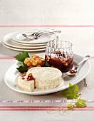 Robiola-Käse mit Trauben-Nuss-Konfitüre