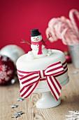Weihnachtskuchen mit Fondant-Schneemann dekoriert