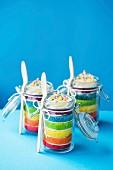 Drei Mini Regenbogen-Schichtkuchen in Gläsern