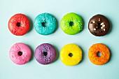 Bunt glasierte Doughnuts auf blauem Hintergrund