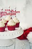 Weihnachtlicher Cupcake mit 'Nordpol' Schild auf Kuchenständer