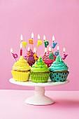 Bunte Cupcakes mit 'Happy birthday' Buchstaben verziert