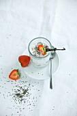 Chiapudding mit frischen Erdbeeren und Vanilleschote