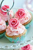 Cupcakes, verziert mit rosa Zuckerrosen