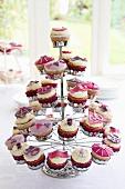 Cupcake-Ständer mit Cupcakes für den 40. Geburtstag