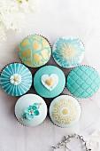 Hochzeits-Cupcakes in Weiss, Türkis und Gold