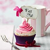 Cupcake mit Erdbeer-Vanille-Swirl und 'Eat Me' Schildchen