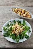 Pastinaken-Lauch-Apfel-Salat und gebratene Pastinakenwürfel