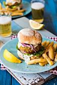 Fischburger mit Pommes und Bier