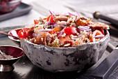 Quinoasalat mit Gänsebraten, Tomaten und Zwiebeln