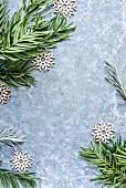 Weihnachtsdeko aus Nadelbaumzweigen und Sternen