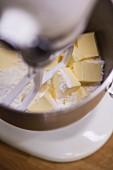 Teig zubereiten (Butter und Mehl verrühren)