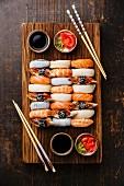 Nigiri-Sushi für Zwei auf Holzbrett