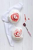Zwei Erdbeer-Baisers und Marmeladenlöffel