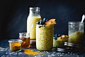 Goldene Milch mit Haferflocken zum Frühstück (glutenfrei) und Zutaten