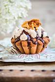Kaffee-Walnuss-Cupcake mit Kaffeebuttercreme, Schokoladensauce und Honeycomb