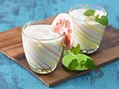 Sojadrink mit Zitrussaft und Zitronenmelisse