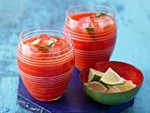 Tomaten-Paprika-Cocktail mit Petersilie