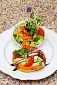 Focaccia mit Tomaten, Mozzarella und Salatbeilage