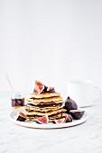 Gestapelte Pancakes mit Feigen und Ahornsirup
