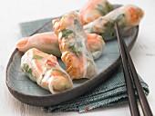 Reispapierröllchen mit Garnelen, Sprossen und Ingwer (Asien)