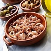 Tapas: gebratene Calamari mit Oliven und Pilzen (Spanien)