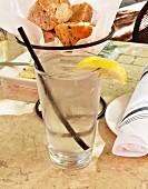 Glas Eiswasser mit Zitrone im Restaurant