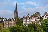 Blick auf die old town mit dem Turm des The Hub, Edinburgh, Schottland