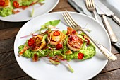 Fried scallops on mushy peas