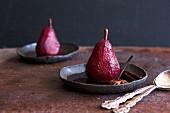 Pochierte Birnen in Rotwein mit Gewürzen