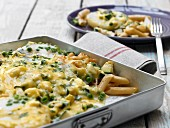Gratinated pasta with kohlrabi, peas and courgette