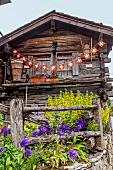 Eine Berghütte mit schweizer Fahnen, Wallis, Schweiz
