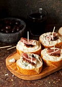 Crostini with gorgonzola, Prosciutto and fig chutney