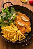 Glutenfreie Hühnerschnitzel mit Pommes und Salat