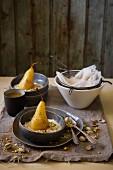 Süsser Labneh mit pochierten Birnen und Pistazien