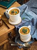 Linsen-Süsskartoffel-Cremesuppe in Tassen