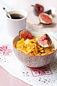 Cornflakes with figs and coffee