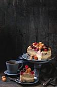 Biskuitkuchen mit Zitronencreme, frischen gelben und roten Himbeeren und Brombeeren, serviert mit Tee