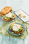 Knuspriger Toast mit Avocado und pochiertem Ei