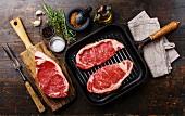 Frische Rindersteaks mit Zutaten und Grillpfanne
