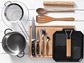 Küchengeräte für die Zubereitung von Thunfisch-Maki-Rollen mit Soba-Nudeln