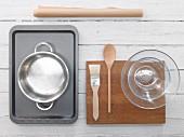 Küchengeräte für die Zubereitung von Quarkstrudel mit Kirschfüllung