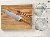 Küchengeräte für die Zubereitung von Sangria mit Trauben und Melone