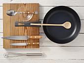 Küchengeräte für die Zubereitung eines Kürbis-Eierkuchens mit Champignons