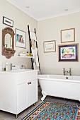 Badezimmer mit freistehender Wanne und Leiter als Ablage