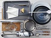 Küchengeräte für die Zubereitung von gefüllter Hähnchenbrust mit Schaumsauce und Topinamburpüree