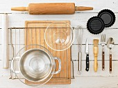 Küchengeräte für die Zubereitung von Erdbeer-Tartelettes mit Cremefüllung