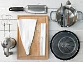Küchengeräte die für die Zubereitung eines Limetten-Baiser-Kuchens benötigt werden