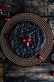 Dinkel-Amaretto-Früchtekuchen mit Christbaumkugeln (Draufsicht)