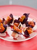 Bocconcini-Spiesschen mit Prosciutto, Basilikum und Tomate